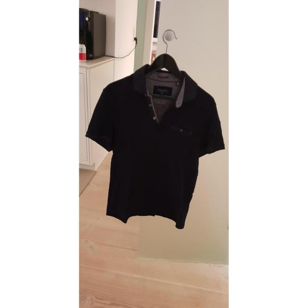 Lækker Ted Baker polo i klassisk navy UK size 4